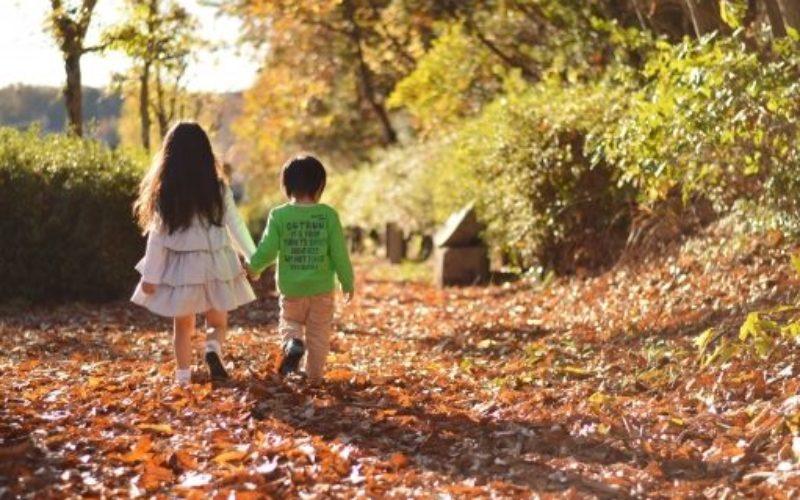 2人で歩く子供