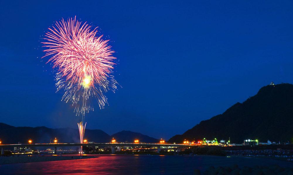 岐阜市の長良川で花火大会