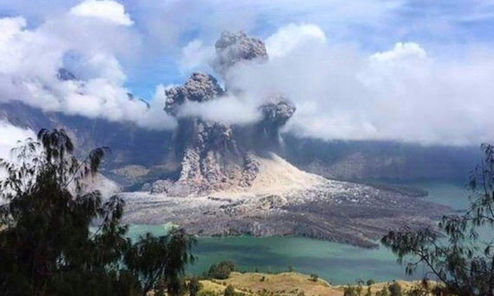 インドネシアにあるロンボク島の観光地で火山の噴火