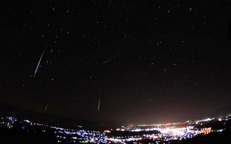 ふたご座流星群が流れて織りなす神秘で絶景の夜景が肉眼でも観測ができる