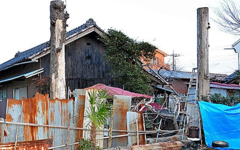 埼玉県深谷市にある平屋建ての住宅で庭先からシートに包まれた白骨遺体