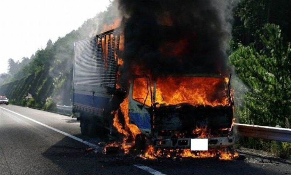 大型トラックが火災