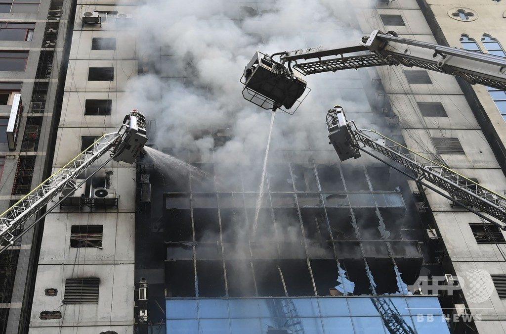 バングラディッシュの首都ダッカの22階ビルで大規模な火災が発生して死者多数