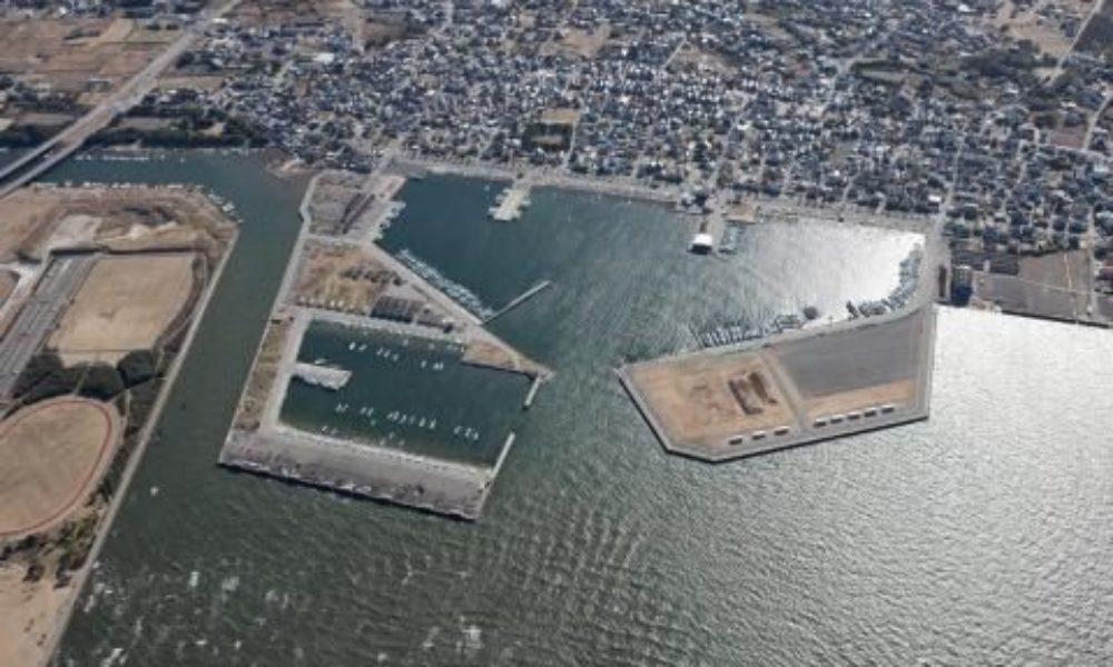 千葉県富津市の漁港に転落している軽乗用車