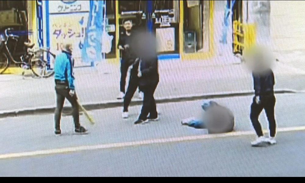 大阪市西区の路上で4人組の男が金属バットで男性を襲撃