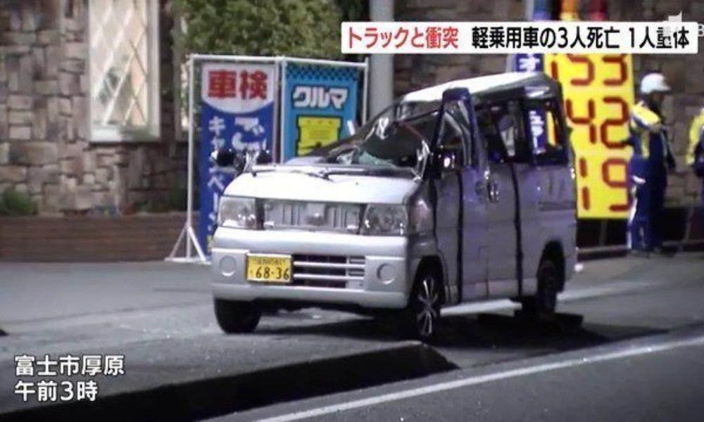 静岡県富士市にある県道で横転した軽ワゴン車に大型トラックが激突する死亡事故