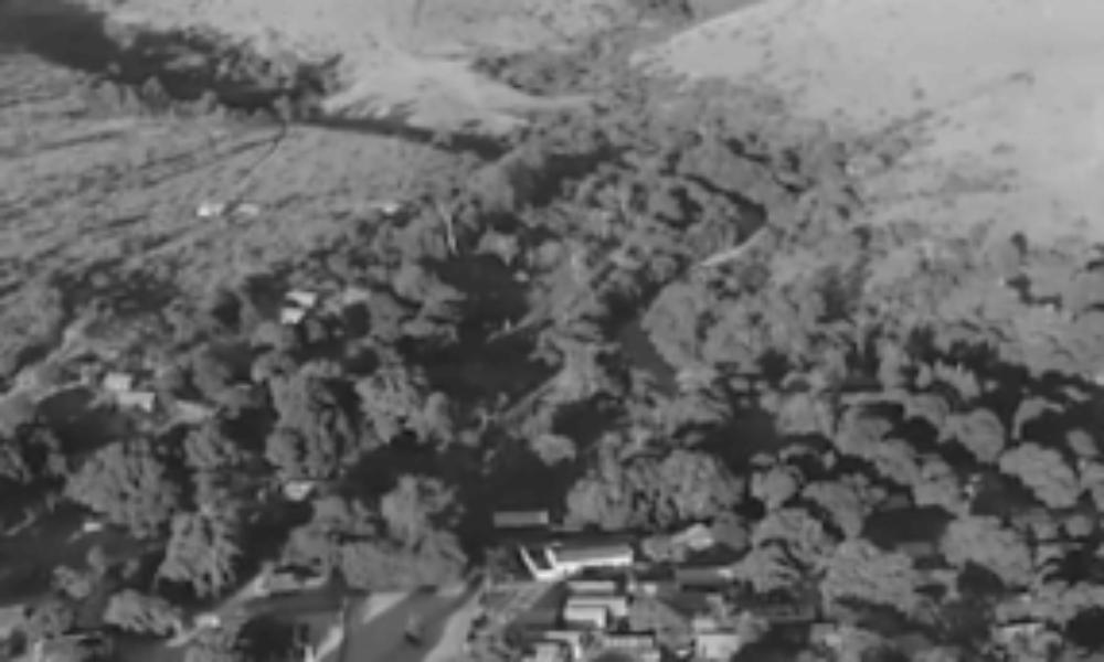 マダガスカル島から小型ヒコーキに乗った女子大生が転落