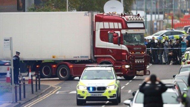 英のエセックスで大型トレーラーの荷台に積まれた39人の遺体