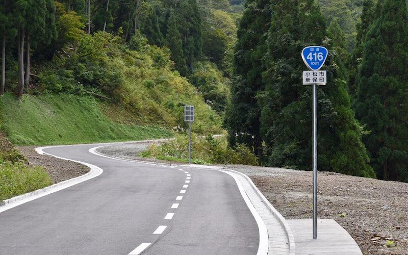 石川県小松市の国道416号線沿の崖下にバイクと男性遺体