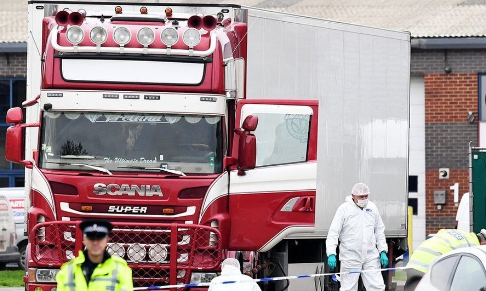 英南東部のエセックスで大型トレーラのコンテナの中に39人の遺体