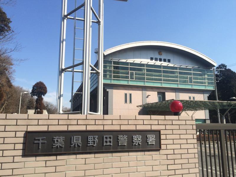 千葉県野田市にある江戸川河川敷の土手で身元の不明な男性の遺体