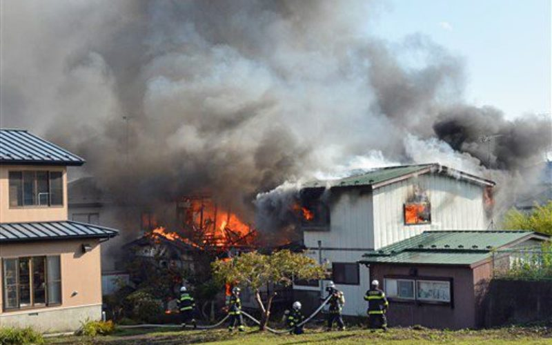 青森県八戸市にある住宅から出火して住宅の4棟を巻き込む火災で1人が死亡