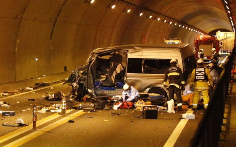 徳島自動車道の新山トンネル内でトラックとワゴン車が正面衝突