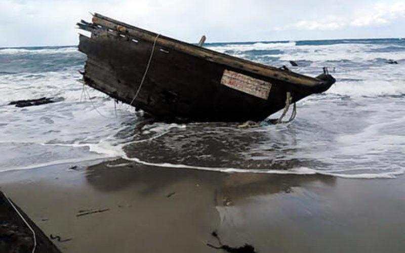 新潟県佐渡島で漂着している木造船から複数の白骨遺体