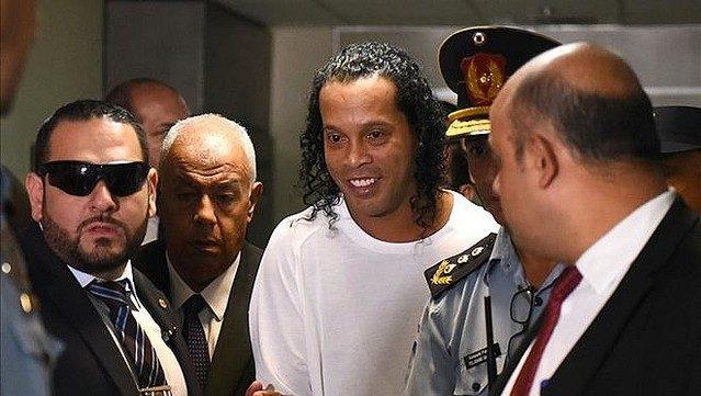 サッカーのロナウジーニョ選手が偽造パスポートで入国した容疑で逮捕