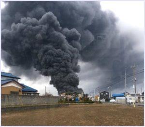埼玉県で黒色の雨が降っている現象が発生し蓮田市でも同じ現象を確認