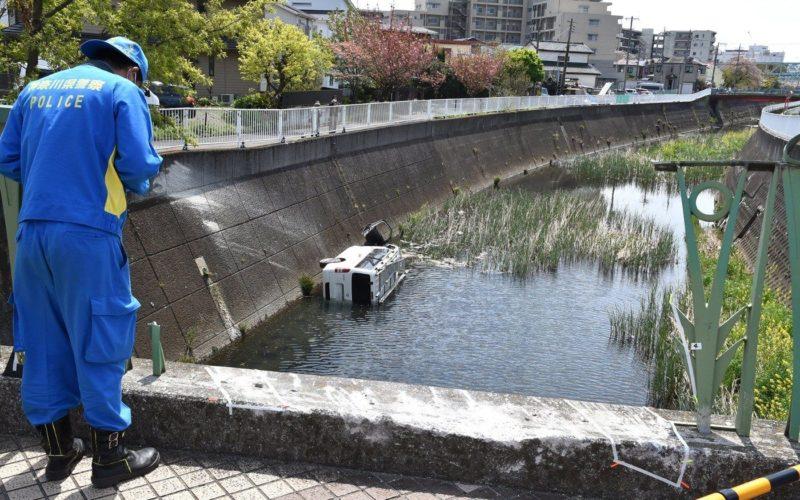 横浜市の道路で欄干を突き破った車が川に転落して男性が死亡