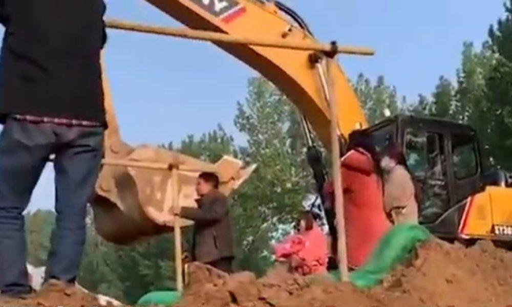 中国河南省の建設現場で遊んでいた5歳から11歳の子供が生き埋め