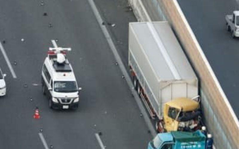 大阪府枚方市にある第二京阪道路で小型トラックと大型が絡む事故