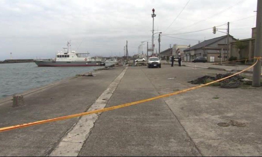 富山県射水市にある新湊漁港に車が転落して2人の男性が死亡