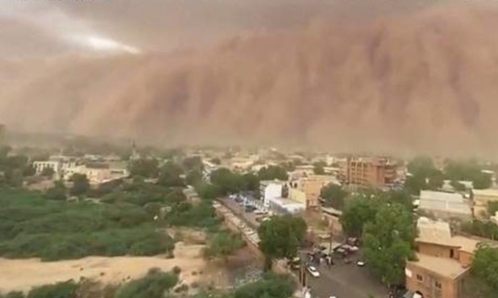 アフリカ西部にあるニジェールで巨大な砂嵐が壁のように襲いかかる光景