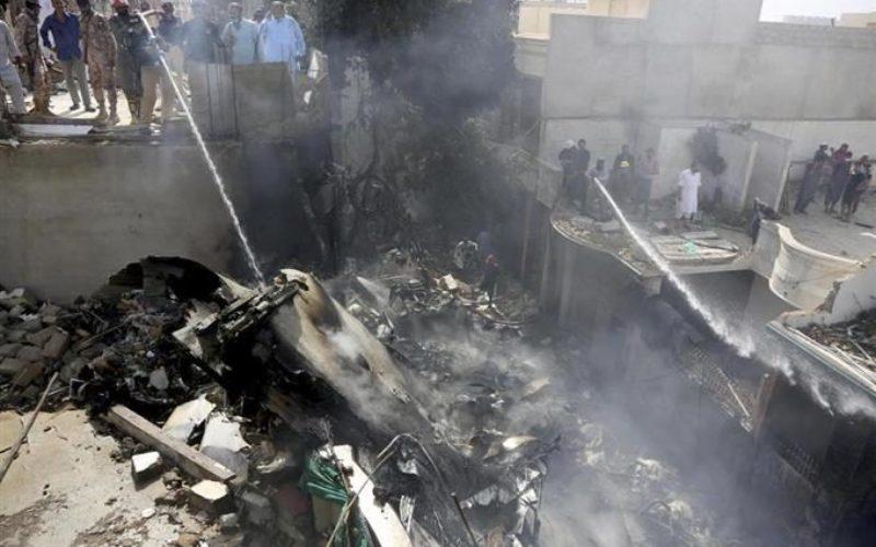 パキスタン旅客機がカラチ付近に墜落炎上して107人の生存が絶望的