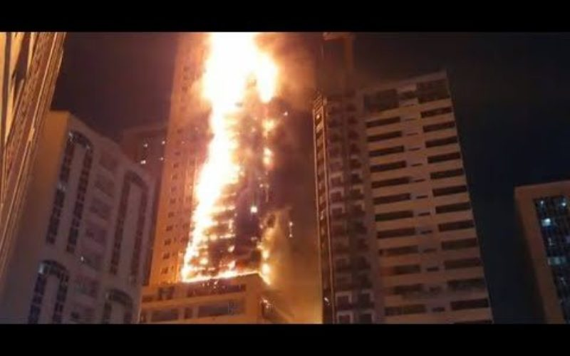 中東のアラブ首長国連邦にある48階建ての高層ビルで火災