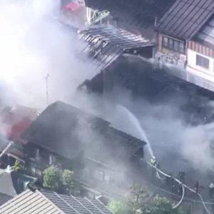 飛騨市の住宅で火災が発生して周辺に燃え移り12棟が炎上中