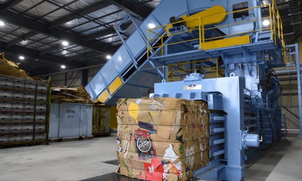 兵庫県豊岡市にある古紙回収業で紙を圧縮する機械に挟まれる事故