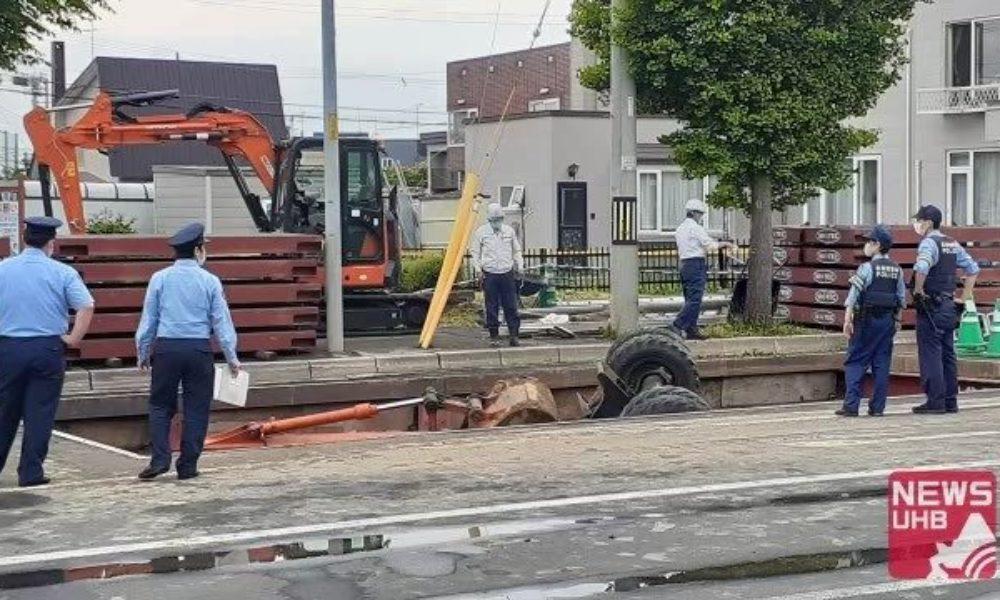 北海道札幌市の国道で掘削作業中のショベルカーが掘った穴に転落