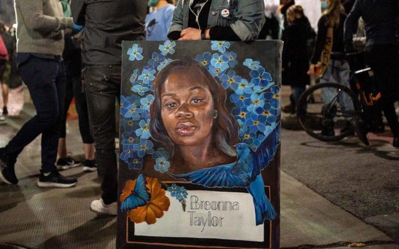 米国で警官が薬物捜査のために侵入した室内で銃撃戦の末黒人女性射殺