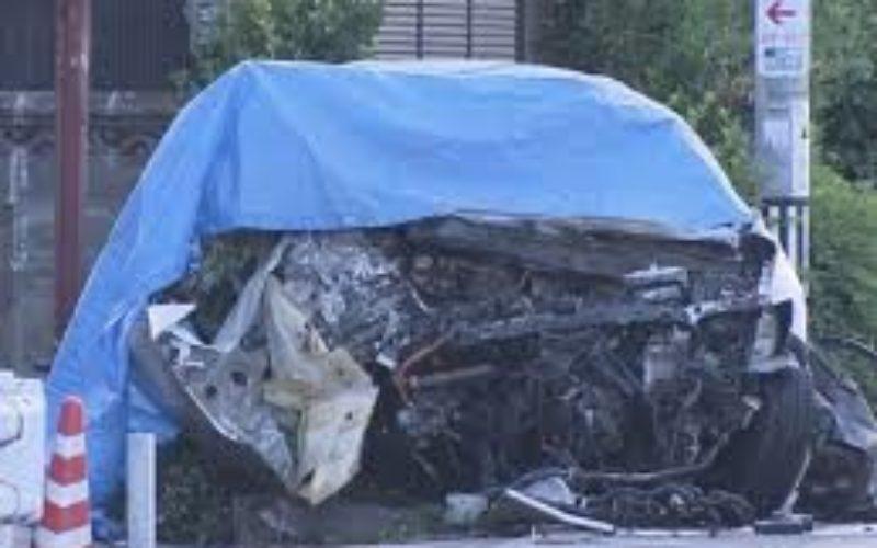 岐阜県各務原市の路上で道路脇に設置されている看板に車が激突炎上