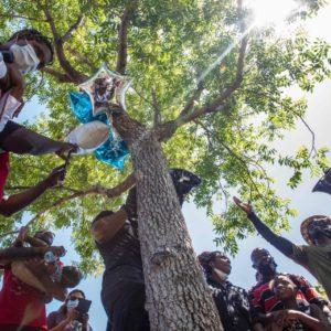 カリフォルニア州ロサンゼルス郡で木に吊るされていた黒人男性