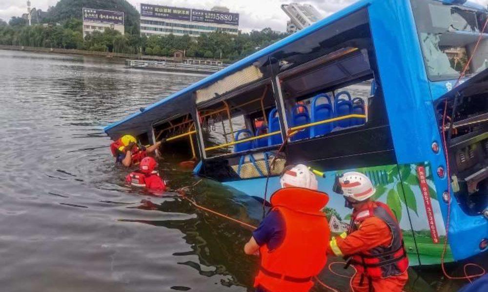 中国南西部の貴州省で路線バスが貯水池に転落して21人が死亡