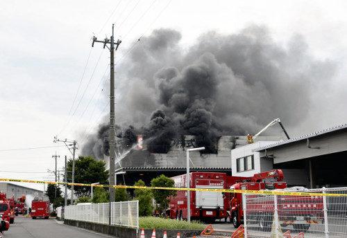 静岡県吉田町の工場で火災が起き消防隊員と警官の合わせて4人が不明