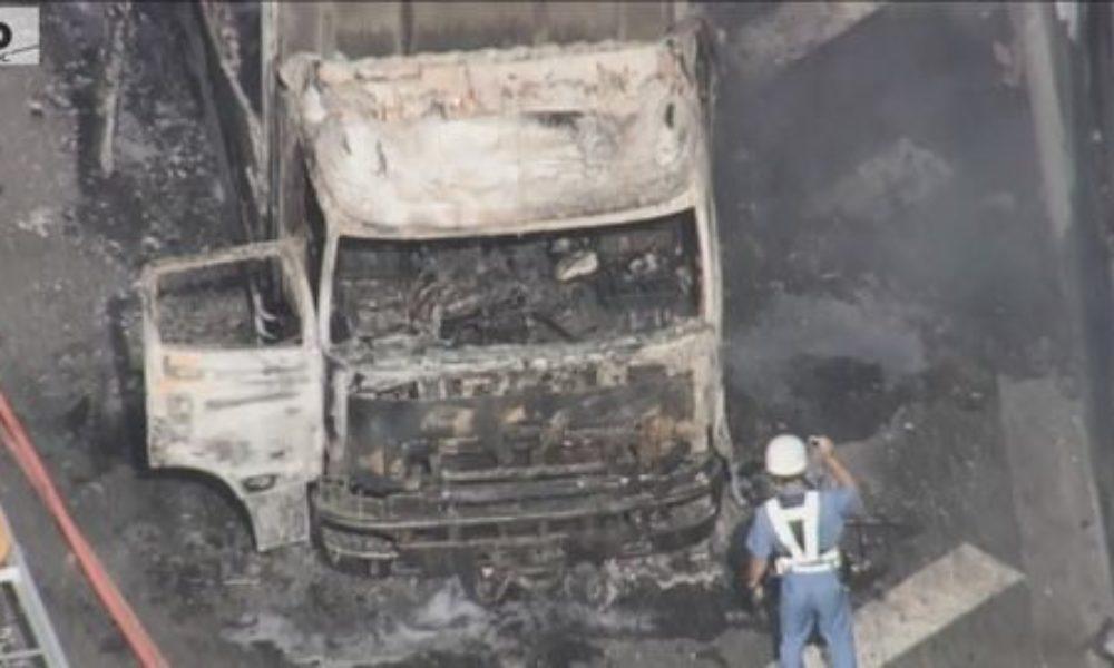 兵庫県芦屋市にある阪神高速神戸線で大型トラックが炎上