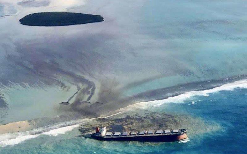 商船三井が運航する大型貨物船がインド洋で座礁して積まれた重油が流出