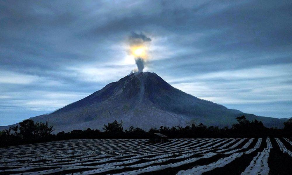 インドネシアのスマトラ島にあるシナブン山が噴火
