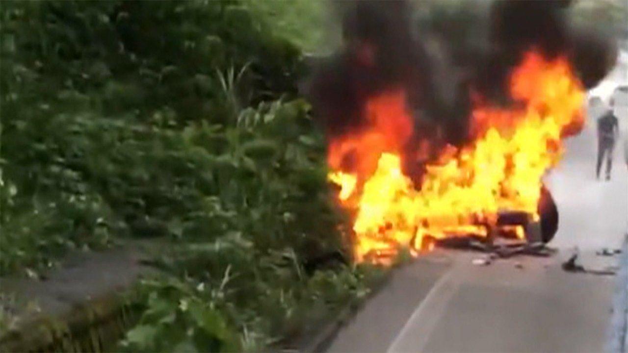 神奈川県にある箱根新道でトラックと乗用車が激突して炎上