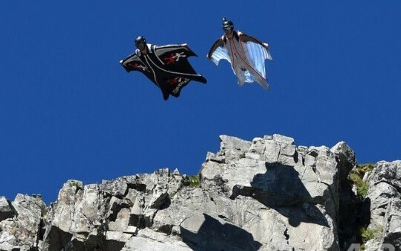 スイス山脈でウィングスーツを着て飛び立った米国人男性が死亡