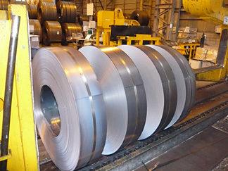 部品製造会社でフォークリフトに乗って作業をしていた男性が鉄製コイルに挟まれ死亡