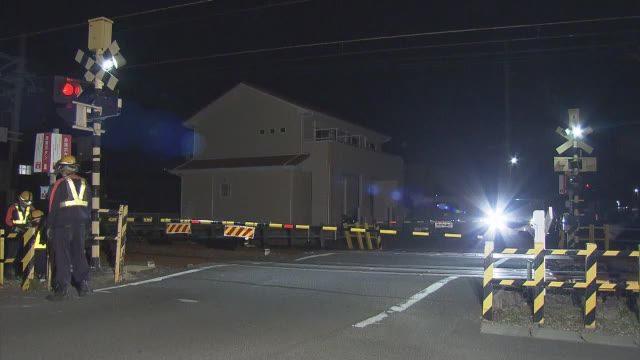 愛知県木曽川町の踏切内で特急電車と車が激突