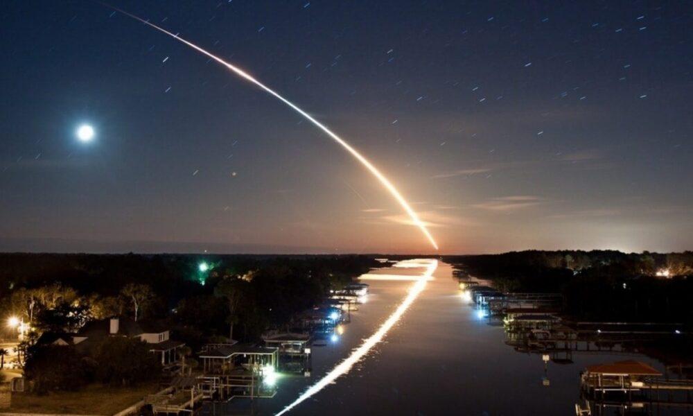 関東地域にある上空の一体に大きな流れ星のような火球を確認