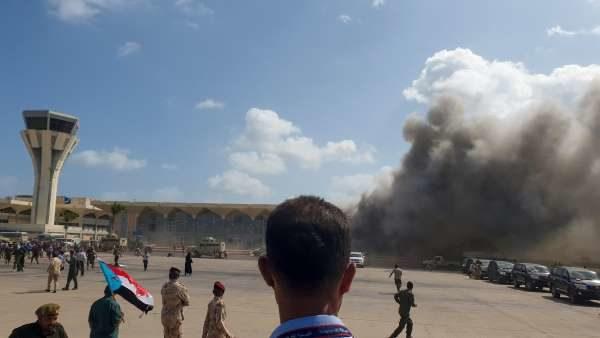 イエメン空港で新政権の閣僚が搭乗した空港機が到着後に爆発