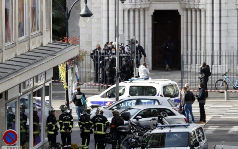 フランスの首都パリ郊外で女性警察官が男に刺されて死亡