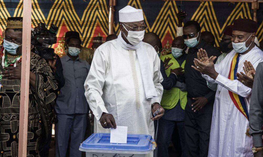 中央アフリカのチャド大統領が交戦地帯を視察中に負傷し死亡