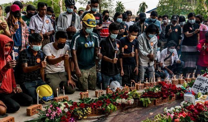 ミャンマー国軍が民間人を火の中に投げ入れ殺害