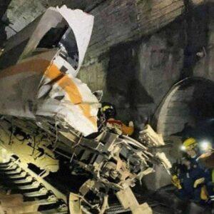 台湾東部の花蓮県で8両編成の特急列車がトンネル付近で脱線事故