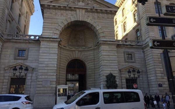 フランスの首都パリ郊外で女性警察官が男に刺されて死亡3
