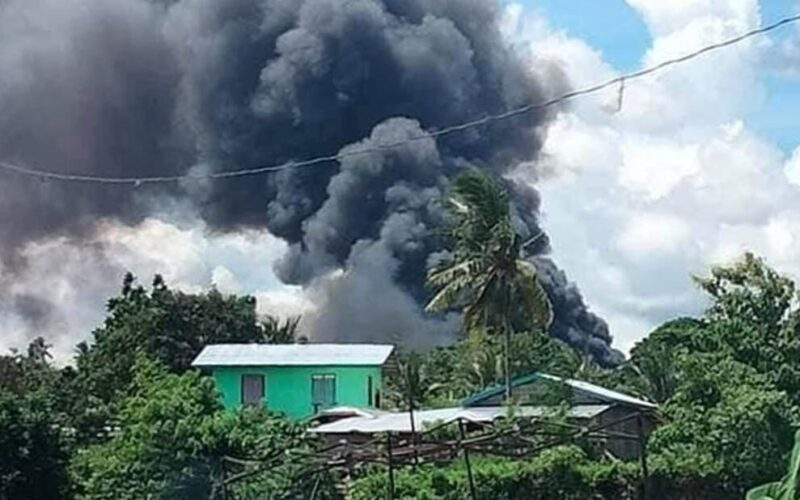 フィリピン南部スールー州ホロ島で軍の輸送機が墜落炎上して42人が死亡
